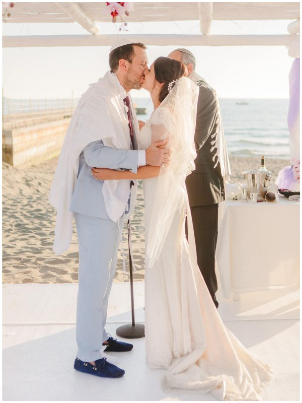 kiss at the end of the jewish ceremony