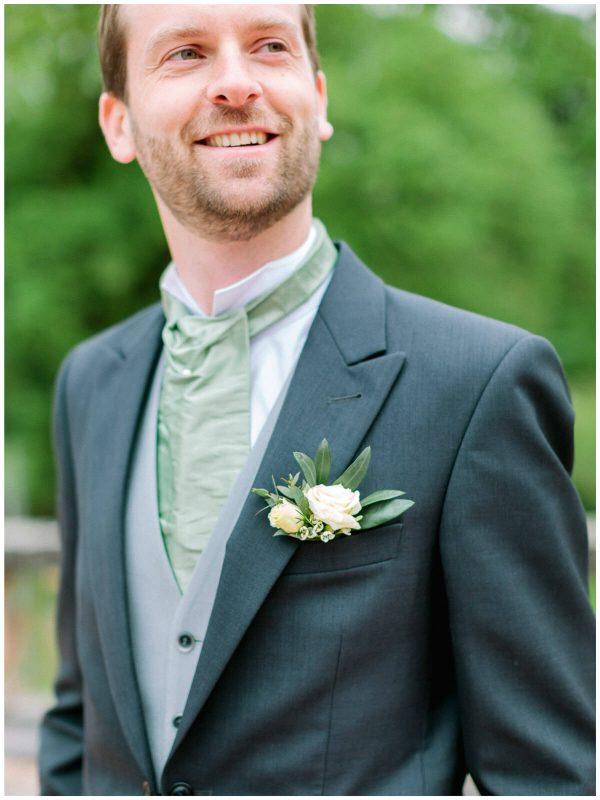detail of the groom
