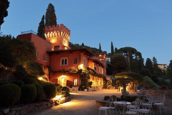 villa le fontanelle at night