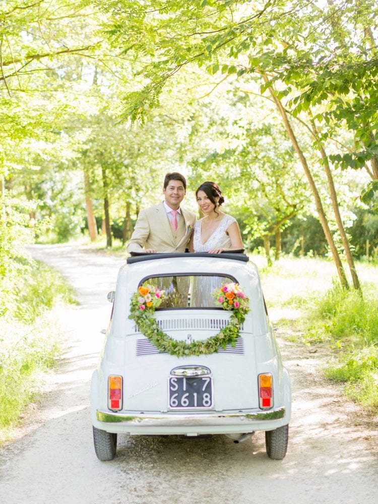 bride and groom on an old fiat cinquecento