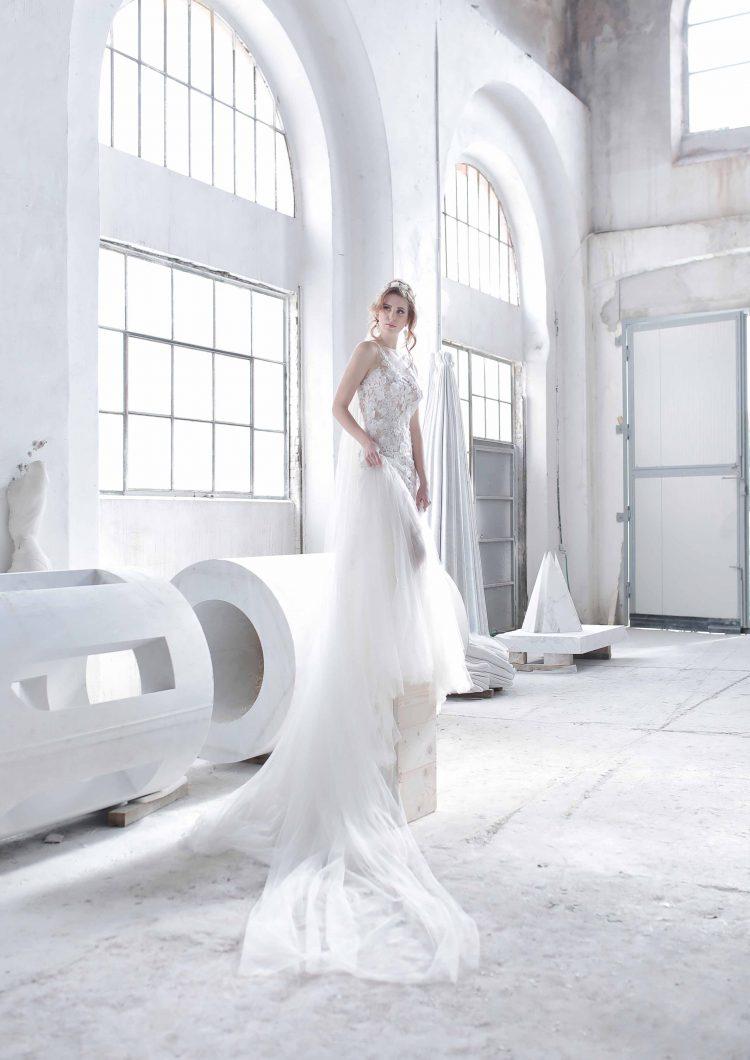 bride posing like a statue in coopertativa scultori carrara
